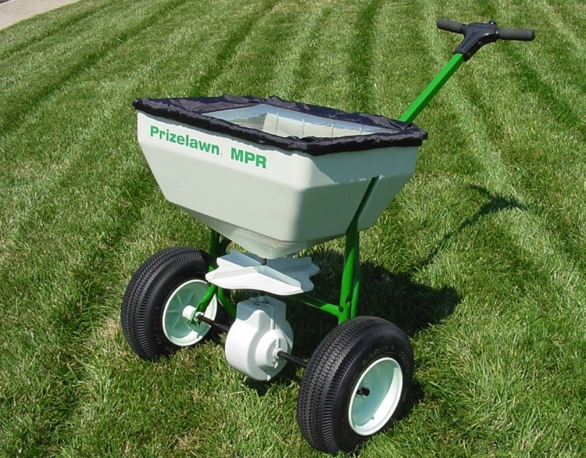 How To Select The Right Lawn Spreader